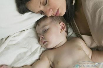 Що робити, якщо малюк в 8 місяців всю ніч смокче груди?