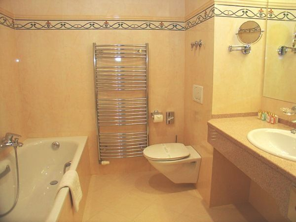 бежева ванна кімната дизайн фото
