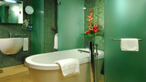 зелена плитка для ванної кімнати фото дизайн