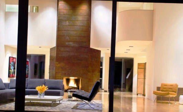 дизайн вітальні з каміном в приватному будинку фото