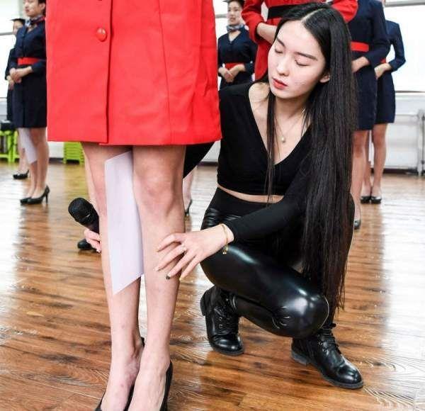 Як китайських стюардес вчать посміхатися, ходити, стояти і сидіти