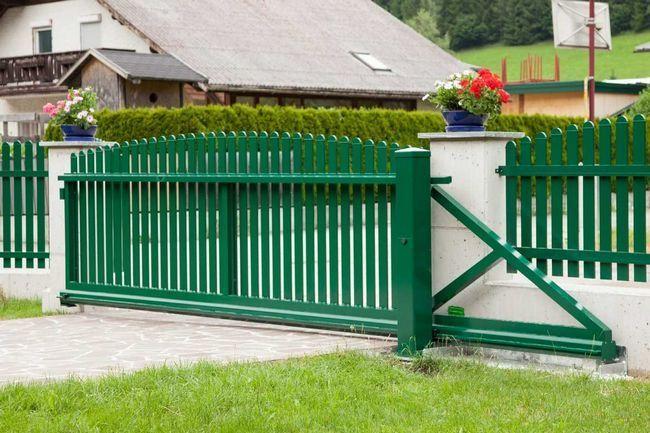 Як правильно пофарбувати ворота: вибір фарби і технології