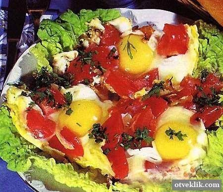 Як приготувати яєчню з помідорами і ковбасою?