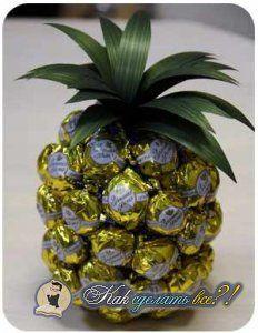 Як зробити ананас з цукерок?