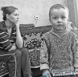 Яка допомога належить одиноким матерям?
