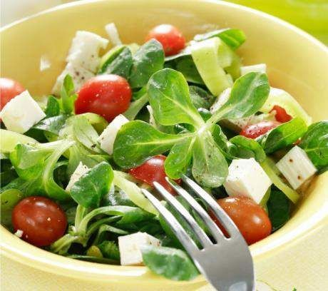 Листя салату корн з грецької фетою і помідорами