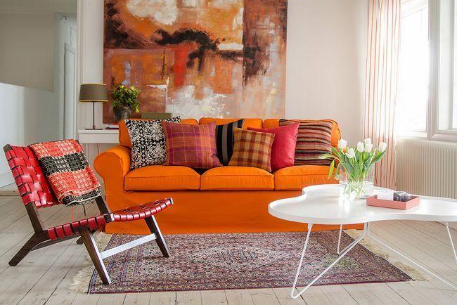 Помаранчевий диван в вітальні
