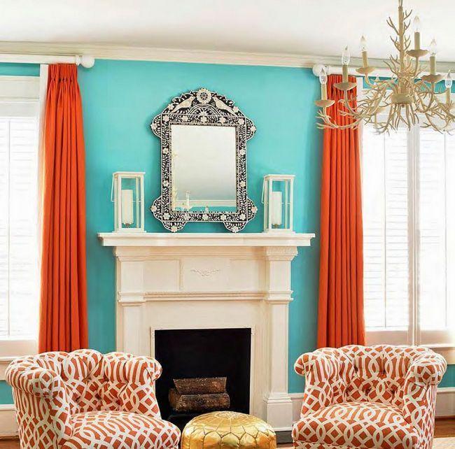 Красиве поєднання бірюзового і оранжевого кольорів у вітальні