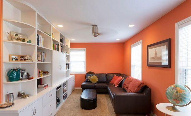 Оранжево-біла вітальня