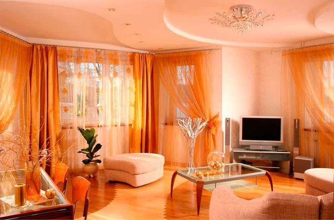 Оранжево-біла вітальня з гарними шторами