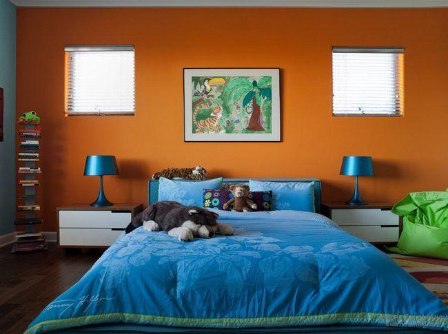 Синьо-оранжева спальня