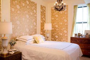 Поклейка шпалер двох кольорів в спальні: правила поєднання, способи декорування (+64 фото)
