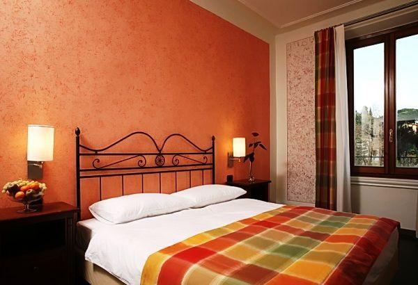 як красиво наклеїти шпалери в спальні двох кольорів фото 5
