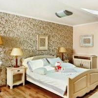дизайн спальні з шпалерами двох кольорів фото 3