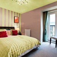 дизайн спальні з шпалерами двох кольорів фото 36