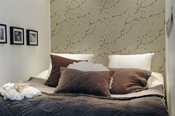 як красиво наклеїти шпалери в спальні двох кольорів фото