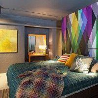 дизайн спальні з шпалерами двох кольорів фото 13
