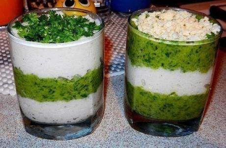 Салат з кальмарами в стаканчиках