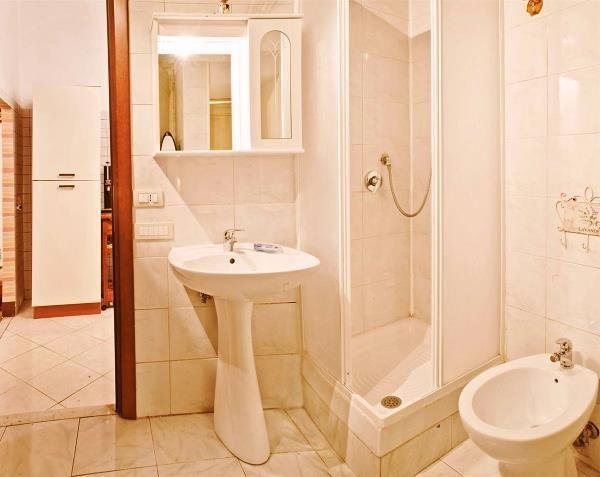 маленькі ванні кімнати з душовою кабіною фото 3