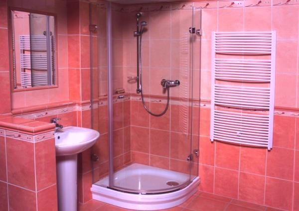 дизайн маленької ванної з душовою кабіною фото