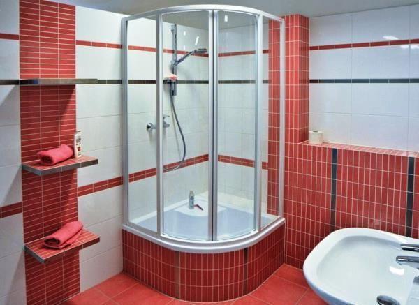 фото душової кабіни в маленькій ванній