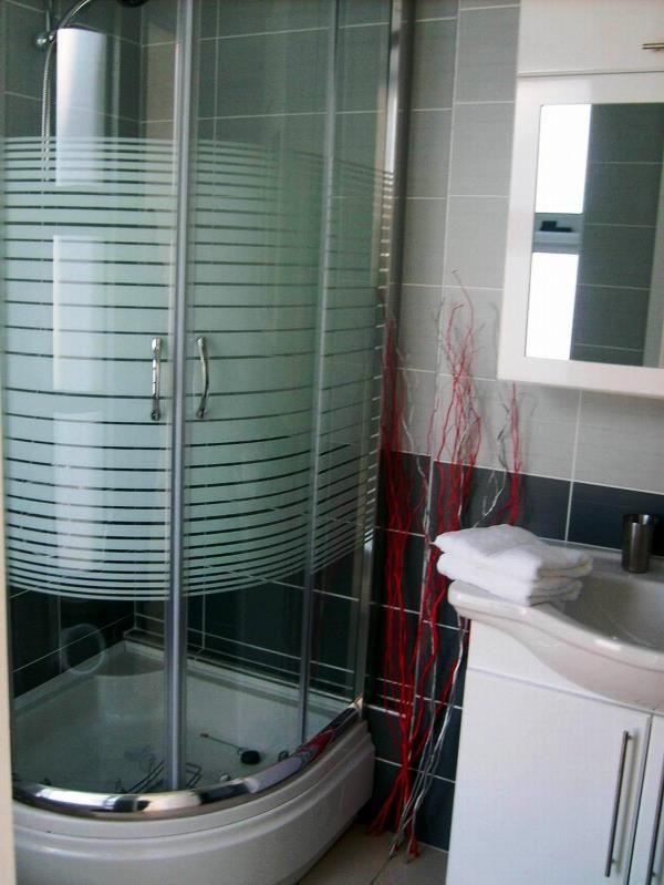 душова кабіна в маленькій ванній кімнаті фото кутові