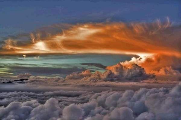 Захід з ілюмінатора літака на висоті 10000 метр